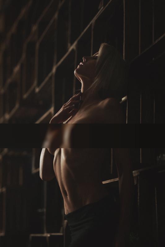 wooden wall / Nude | photography by Fotograf Malandro Photodesign ★6 | STRKNG